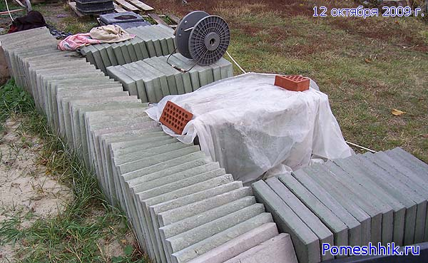 Вынимаю плитки, складываю и накрываю ветошью и полиэтиленовой  пленкой.
