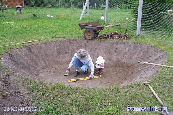 Вырыл яму необходимой формы под искусственный водоем