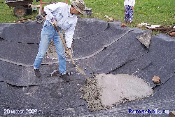 На  дно будущего искусственного водоема уложил слой бетона толщиной 50 мм
