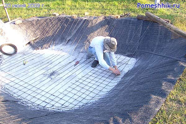 На  первый слой бетона уложил арматурную проволоку