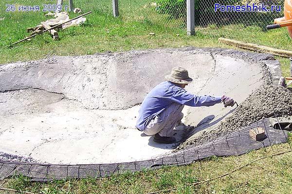 На  стенки будущего искусственного водоема уложил слой бетона толщиной 100  мм