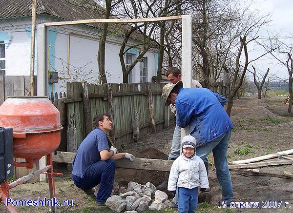 Устанавливаем столбики для бетонного забора от улицы